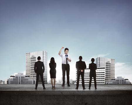 cabeza de mujer: Líder de dar fin a través de megáfono a su subordinado. Concepto de comunicación empresarial