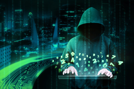 ladrón: El hombre en camisa con capucha es remoto. Concepto de seguridad inform�tica Foto de archivo