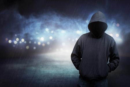 El hombre en camisa con capucha es remoto. Concepto de seguridad informática Foto de archivo - 52910220