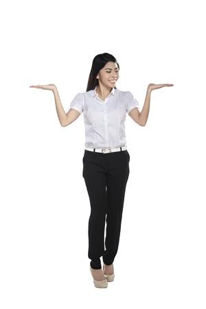 alzando la mano: Asiático seguro demostración de la mujer de negocios algo aislado sobre fondo blanco