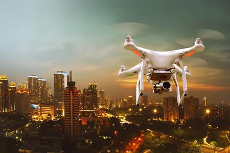 Kleine witte drone die over de stad vliegt Stockfoto