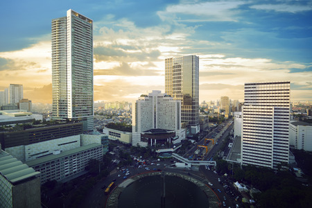 Jakarta stad met een modern gebouw en avondrood Stockfoto