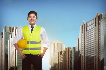 edificio industrial: ingeniero de Asia y vestidos de chaleco de seguridad. concepto industrial
