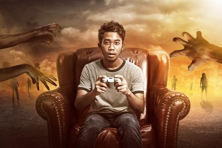 Jonge Aziatische man spelen zombie video games begrip Stockfoto - 54706554