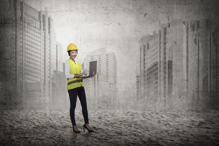 mujer trabajadora: La mujer asiática en la presentación chaleco de seguridad. concepto Arquitecto de sexo femenino Foto de archivo