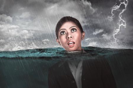 ahogarse: Mujer de negocios asi�tica se ahogan en el medio del mar. depresi�n concepto de negocio
