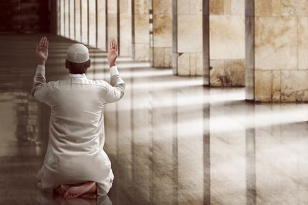 Hombre musulmán orando religiosa dentro de la mezquita Foto de archivo - 56192496