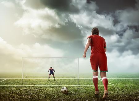 Voetballer klaar om de penalty te voeren Stockfoto - 58040381