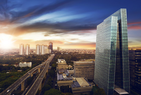 Jakarta stad 's nachts met een modern gebouw Stockfoto - 61489605