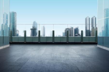 Balkon na dachu budynku z tłem miasta