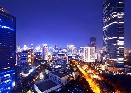 Jakarta stad 's nachts met een modern gebouw