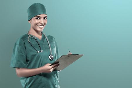 Asian Arzt medizinische Check-up Ergebnis über Krankenhaus Hintergrund