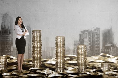 Succès et riche femme d'affaires économiser pièce d'or, le succès et riche concept image Banque d'images