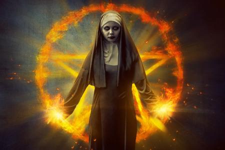 Enge duivel non, met brandende pentagram op de achtergrond
