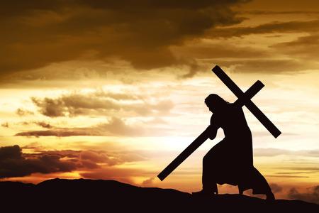 Silueta de Jesús a llevar su cruz en la colina Foto de archivo - 66569515
