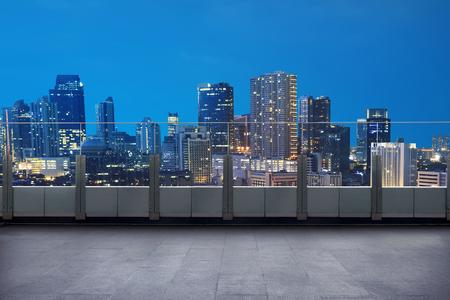 Leeg terras met cityscape en wolkenkrabber 's nachts