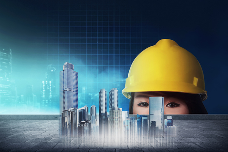 femme ingénieur asiatique recherche plans virtuels numériques de travaux de construction au bureau Banque d'images