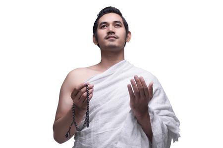 Godsdienstige Aziatische moslimmens in ihram kleding klaar voor hajj die over witte achtergrond wordt geïsoleerd Stockfoto