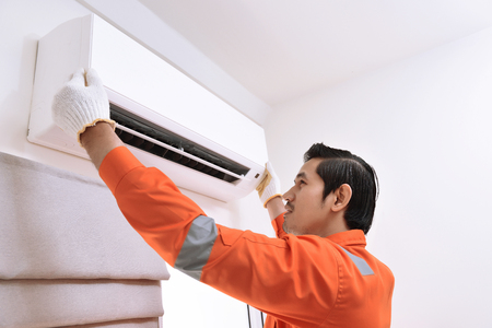 집에서 에어컨을 수리하는 젊은 아시아 남성 기술자