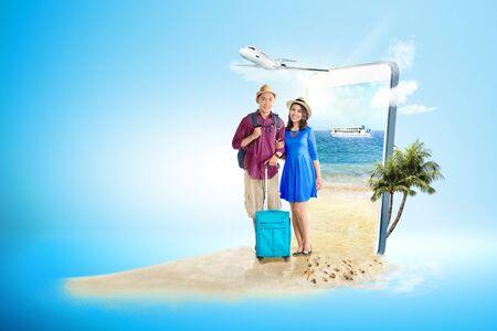 Mobiele telefoon met blauwe achtergrond. Van het telefoonscherm komt een Aziatisch stel met een koffertas en rugzak op het strand met een veerboot die op zee vaart en een vliegtuig dat door de lucht naar buiten vliegt. Reisconcept