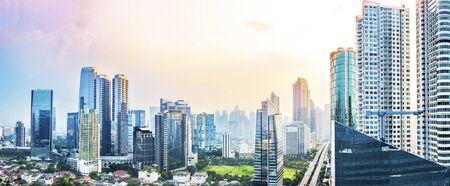Horizon panoramique de Jakarta avec des gratte-ciel urbains dans l'après-midi. Jakarta, Indonésie