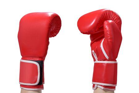 Manos con guantes de boxeo rojos aislados sobre fondo blanco.