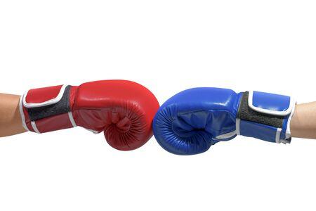Le mani di due uomini con guanti da boxe blu e rossi hanno urtato i pugni isolati su sfondo bianco Archivio Fotografico