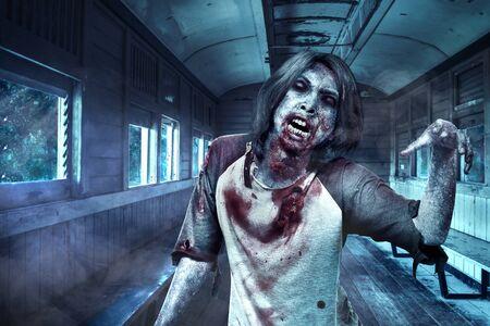 Zombies asustadizos con sangre y heridas en su cuerpo caminando en el viejo vagón. Concepto de halloween Foto de archivo