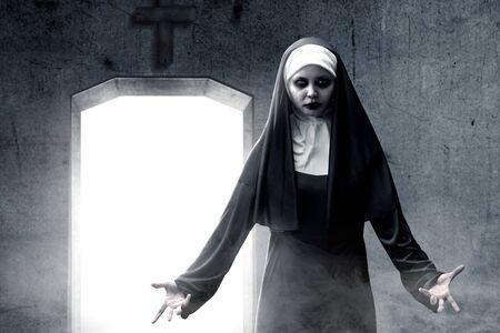 L'effrayante nonne du diable hantait la chambre noire. Notion d'Halloween