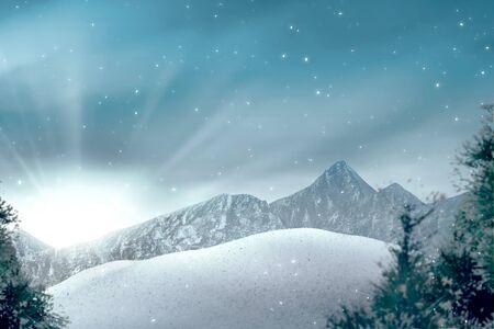 Blick auf Hügel mit schneebedeckten Bäumen und Sonnenlicht über blauem Himmelshintergrund Standard-Bild