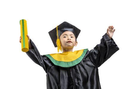 Asiatisches kleines Mädchen mit Hut und Abschlusskleid mit Zertifikat isoliert auf weißem Hintergrund