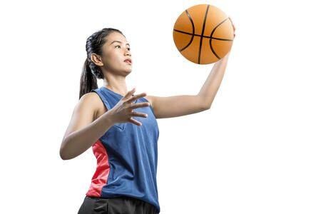 Joueur de basket-ball femme asiatique tenant le ballon isolé sur fond blanc