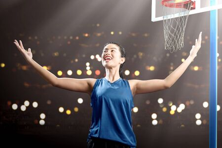 Asian woman basketball player with a happy expression on the basketball court Foto de archivo - 135370569