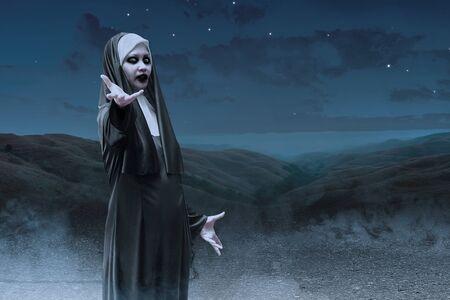 Nonne diabolique effrayante sur les collines effrayantes. Notion d'Halloween Banque d'images