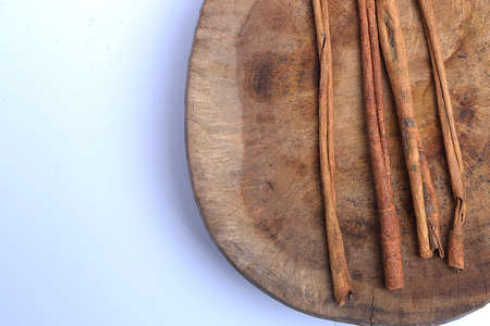 Cinnamon sticks on wooden isolated over white background 版權商用圖片