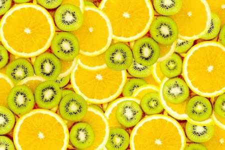 frutas tropicales: Fruity conjunto de fondo de rodajas de fruta kiwi y naranja Muchas rebanadas de kiwi y frutas de color naranja, kiwis frescos y frutas de color naranja, interesante composici�n de la fruta