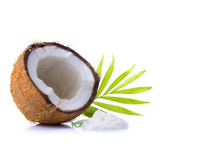 aceite de coco: coco, coco rallado y crema de coco en el fondo blanco