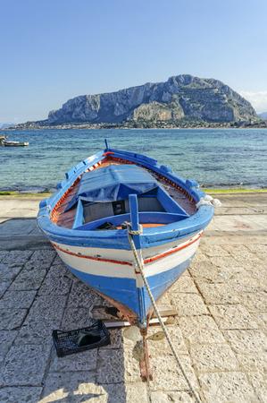 mondello: barca da pesca sulla spiaggia di mondello a palermo