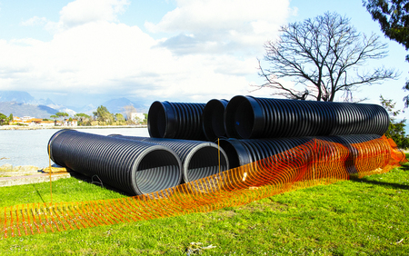 kunststoff rohr: detail of big plastic pipe in a meadow