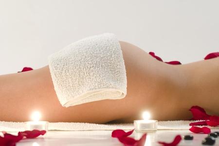 Vrouw in witte handdoek ontspannen in de spa Stockfoto
