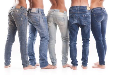 pieds sexy: Groupe isol� de jeunes hommes et femmes avec un jean Banque d'images