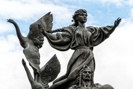 angel de la independencia: Una de las fuentes de la Plaza de la Independencia en Kiev, Ucrania est� decorado con estatuas de los legendarios hermanos Kyi, Schek, Horiv y su hermana Lybid