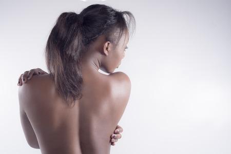 naked young women: Сексуальная черная женщина спиной на сером фоне
