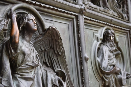 images of saints at the door of the cathedral in Milan, Italy Foto de archivo - 112940763