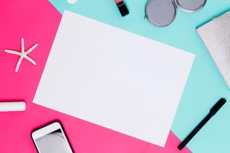 フラットは、アクセサリーとカラフルな背景にテキストや広告のための白い紙を置きます。春のテーマ