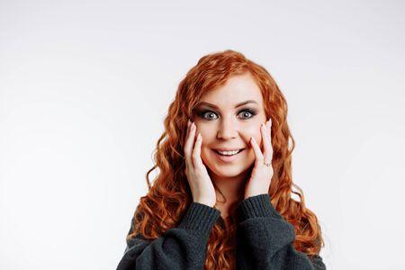 Expression faciale, langage corporel. Portrait d'une femme surprise réagissant à des nouvelles inattendues impressionnantes. Une fille étonnée regardant avec la bouche ouverte en appuyant sur les paumes des joues a étonné les résultats de la procédure de soins de la peau.