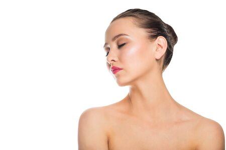 Hermosa mujer joven con hombros descubiertos aislado sobre un fondo blanco. Spa, cuidado, cosmetología. De cerca, copie el espacio. Foto de archivo