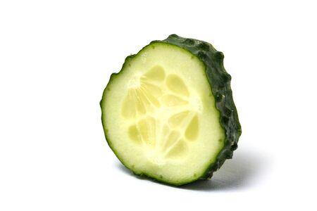 Nahaufnahme von grünem frischem Gurkenstück auf weißem isoliertem Hintergrund