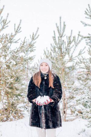 Beautiful Winter Woman Archivio Fotografico - 137793804