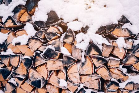 Texture and background of firewood in winter under white snow. Closeup Archivio Fotografico - 138106659